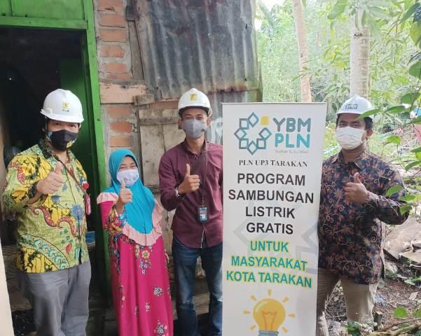 Manajer PT PLN UP3 Tarakan Suparje Wardiyono (kiri) bersama salah satu warga penerima manfaat sambungan baru listrik gratis dari YBM PLN. (foto: PLN UP3 Tarakan)