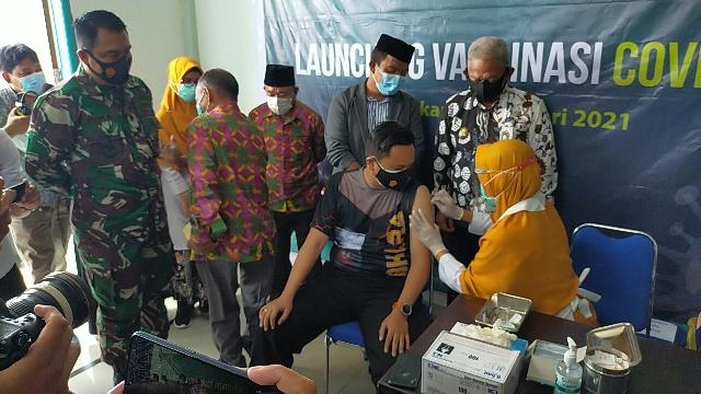 Kapolres Tarakan AKBP Fillol Praja Arthadira divaksin Covid-19 oleh tenaga kesehatan. (foto: jendelakaltara.co)