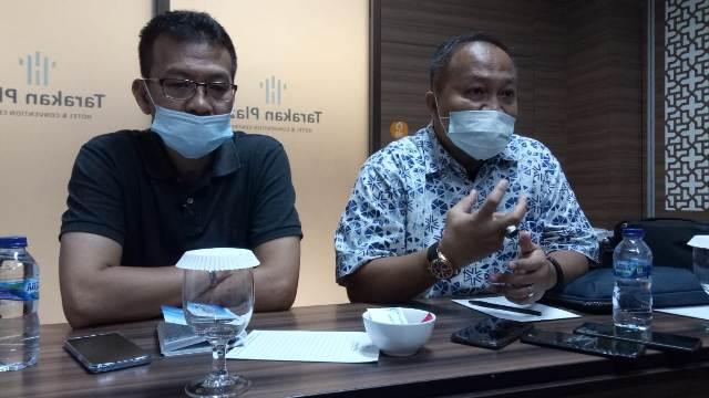Ketua Tim Transisi Dr. Ari Junaedi bersama salah satu anggotanya Rukisah Saleh S.Pi, MP, Ph.D, melakukan jumpa pers di Hotel Tarakan Plaza, Jumat (9/1/2021) malam. (foto: jendelakaltara.co).