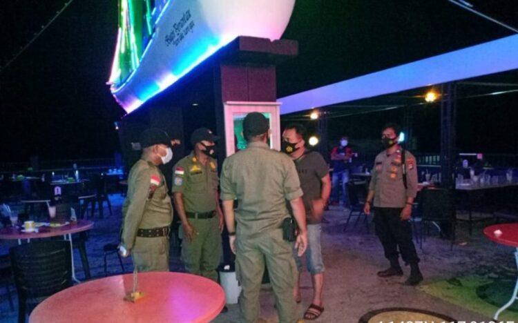 Personel gabungan TNI Polri dan Satpol PP mendatangi salah satu cafe, Sabtu (30/1/2021) malam. (foto: Polsek Sebatik Timur)