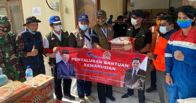 Ketua Yayasan BUMN Harjawan Balaningrath menyerahkan bantuan kepada Camat Sembakung, Jumat (22/1/2021). (foto: Istimewa)