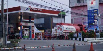 Masyarakat antre mengisi BBM di SPBU. (foto: Pertamina MOR VI Kalimantan)