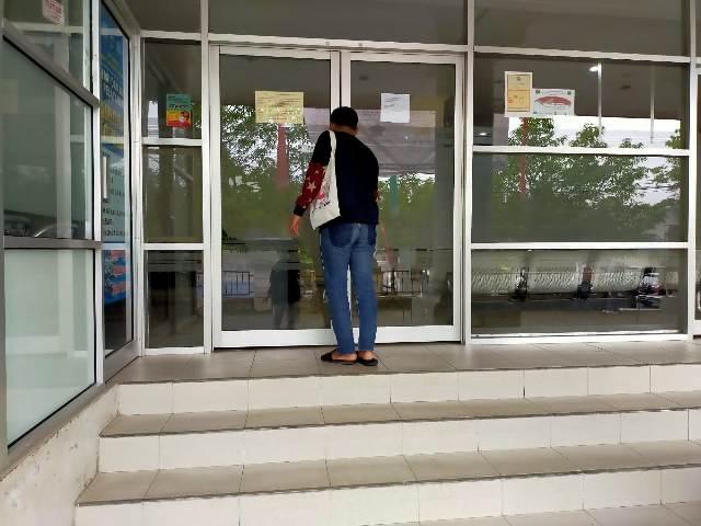 Pintu ruang pelayanan di kantor Disdukcapil Tarakan masih tertutup pada Senin (4/1/2021).