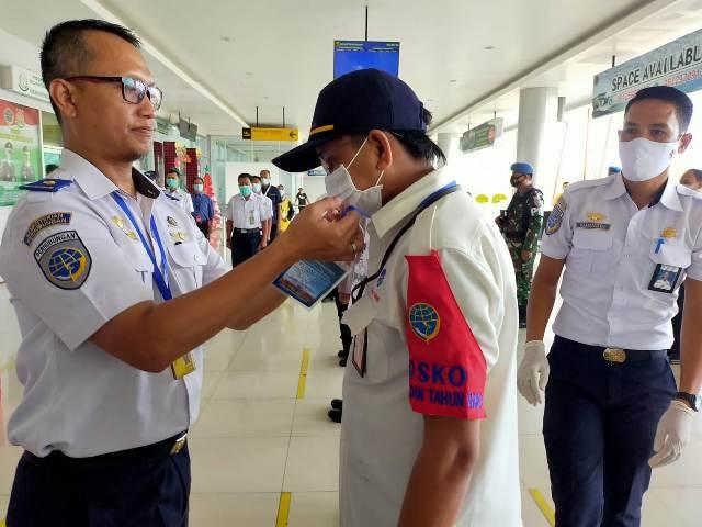 Ketua Posko, Ceppy Triono (kiri) melepas atribut petugas posko pada apel penutupan posko terpadu di terminal Bandar Udara Juwata Tarakan, Senin (4/1). (foto: jendelakaltara.co)