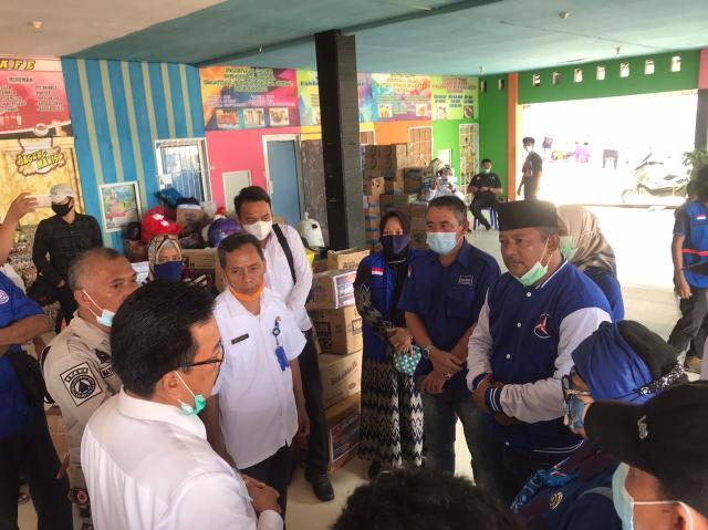 Ketua DPC Partai Demokrat Nunukan H. Danni Iskandar didampingi istri bersama anggota partai Demokrat lainnya memberikan bantuan, Rabu (13/01/2021). (foto: Hasanuddin/jendejalakaltara.co)