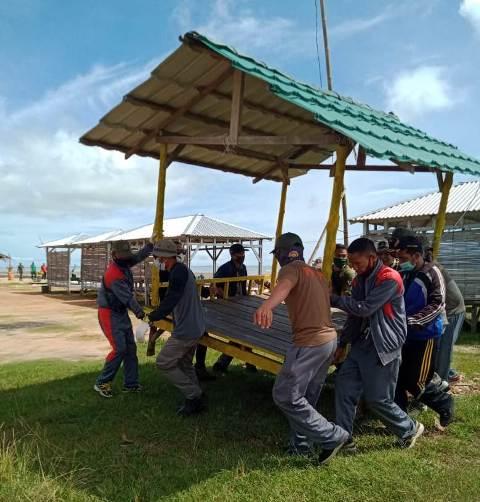 Petugas Satpol PP dan PMK Tarakan menertibkan gazebo yang tidak sesuai aturan di Pantai Amal lama. (foto: Satpol PP Tarakan)