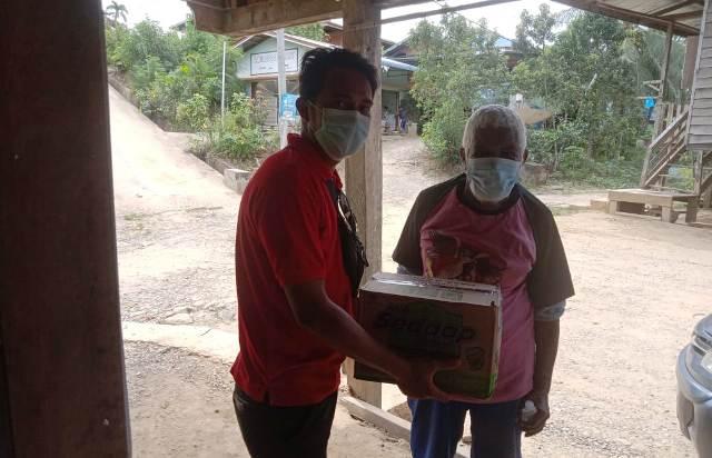 Anggota MPPI memberikan bantuan kepada warga. (foto: istimewa)