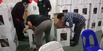 Petugas KPU Nunukan membuka kotak suara hasil Pilkada Nunukan, Selasa (19/1/2021). (foto: Istimewa)
