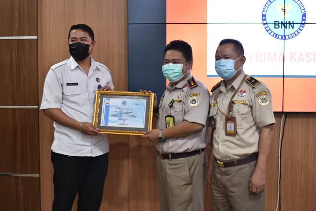 Kepala Balai Karantina Pertanian Kelas II Tarakan drh. Akhmad Alfaraby (tengah) menerima penghargaan dari BNN Kota Tarakan, Selasa (26/1/2021). (foto: Balai Karantina Pertanian Tarakan.