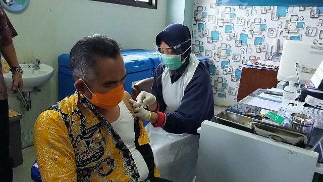 Petugas kesehatan menyuntikkan vaksin Covid-19 kepada Wali Kota Tarakan, Kamis (21/1/2021). (foto: jendelakaltara.co)