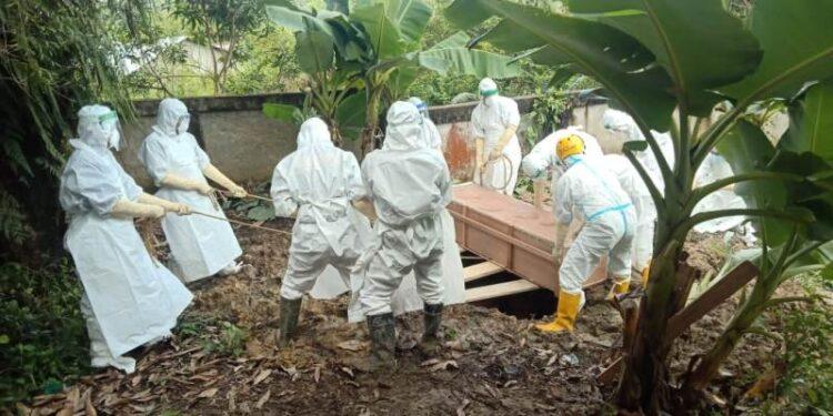 Anggota Satuan Birmob Polda Kaltara melaksanakan pemakaman jenazah COVID-19 di pekuburan Kampung Enam beberapa waktu lalu. (foto: Humas Polda Kaltara)