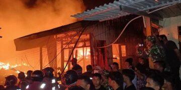 Kebakaran di pemukiman padat penduduk di RT 10 pasar Inhutani Nunukan, Kaltara, Minggu (10/1/2021) malam. (foto: Hasanuddin/jendelakaltara.co)