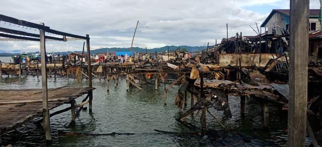 Puing-puing bangunan bekas kebakaran yang terjadi di dermaga dan pasar Inhutani, Nunukan. (foto: Istimewa)
