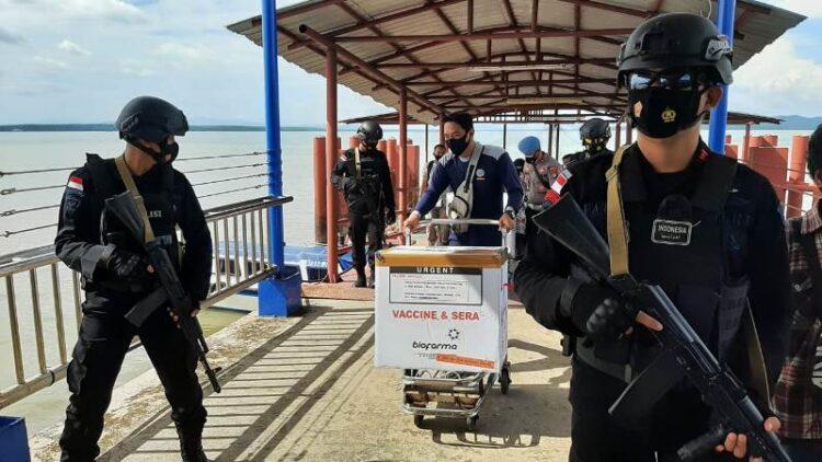 Aparat dari Satuan Brimob mengawal tibanya vaksin Sinovac di pelabuhan PLBL Tanah Merah, Nunukan, Kamis (28/1/2021). (foto: Hasanuddin/jendelakaltara.co)