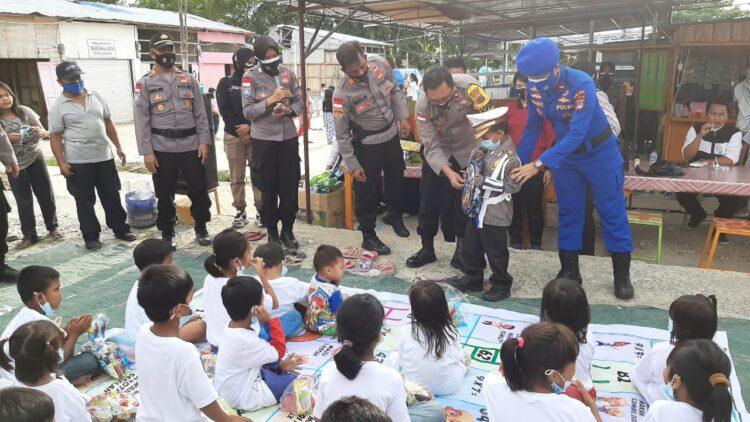 Wakapolres Nunukan Kompol Edy Budiarto SH bermain bersama anak-anak korban kebakaran pasar Inhutani Nunukan, Jumat (15/1/2021). (foto: Hasanuddin/jendelakaltara.co)