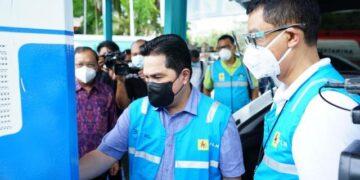 Menteri BUMN Erick Thohir menjajal pengisian daya mobil listrik didampingi Wakil Direktur Utama PLN Darmawan Prasodjo. (foto: PLN Pusat)