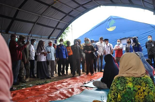 Bupati Nunukan Hj. Asmin Laura Hafid S.E, M.M bersama rombongan menyambangi warga terdampak musibah kebakaran di posko pengungsian yang terletak di samping Kantor Kelurahan Nunukan Utara, Senin (11/1/2021). (foto: Dok Warta Humas)