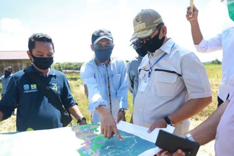 Gubernur Kaltara Dr. H. Irianto Lambrie saat meninjau lokasi KBM di Tanjung Selor. (foto: Humas Provinsi Kaltara)