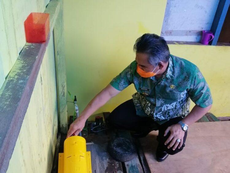 Wali Kota Tarakan Khairul mengecek sambungan PDAM gratis di rumah warga di RT 8 Kelurahan Karang Anyar Pantai pada Juli 2020. (foto: Humas Setda Tarakan)
