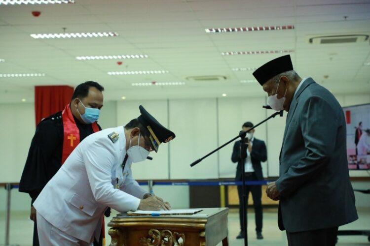 Wagub Kaltara H. Udin Hianggio (kanan) saat melantik Ingkong Ala sebagai Bupati Bulungan sisa masa jabatan 2016-2021 di Gedung Gadis, Kamis (11/2).  (Humas Provinsi Kaltara).