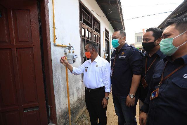 Wali Kota Tarakan dr. H. Khairul M.Kes melakukan uji coba gas in di Jalan Agathis Kelurahan Karang Harapan pada 11 November 2020. Perumda Tarakan Energi Mandiri akan bekerjasama dengan PGN membantu di bidang keuangan.  (foto: Humas Setda Tarakan)