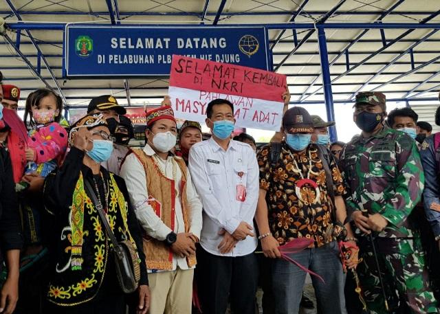 Sekda Nunukan Serfianus menjemput kepulangan 8 WNI di pelabuhan PLBL Nunukan, Rabu (17/2/2021). (foto: Humas Setda Nunukan)