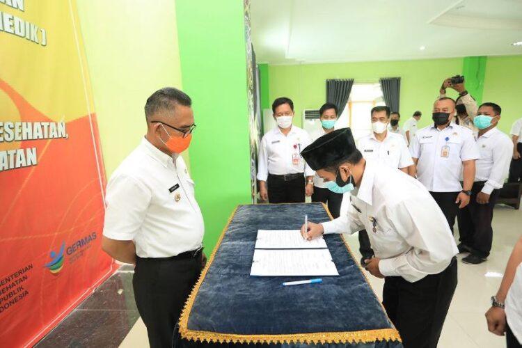 Wali Kota Tarakan dr. H. Khairul M.Kes menyaksikan penandatangan berita acara pelantikan oleh salah satu pejabat yang dilantik.  (foto: Humas Setda Tarakan)
