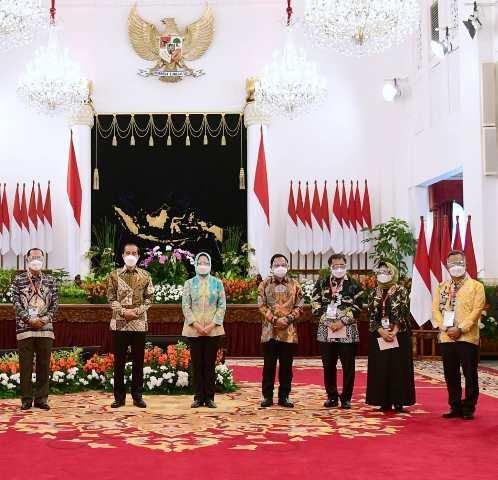 Wali Kota Tarakan dr. H. Khairul M.Kes (kanan) bersama Presiden Joko Widodo dan peserta Munas VI Apeksi di Istana Negara Jakarta, Kamis (12/2/2021). (foto: Istimewa)
