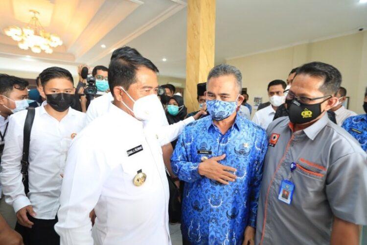 Gubernur Kaltara Drs. H. Zainal Arifin Paliwang SH, M.Hum (kiri) berbincang dengan Wali Kota Tarakan dr. H. Khairul M.Kes di ruang VIP Bandara Juwata Tarakan, Rabu (17/2/2021). (foto: Humas Setda Tarakan)
