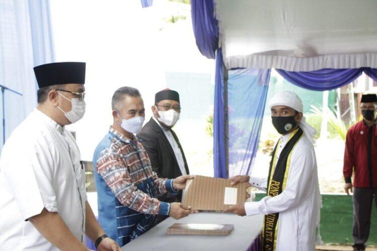 Wali Kota Tarakan dr. H. Khairul M.Kes menyerahkan sertifikat kepada perwakilan tahfidz Pondok Pesantren RTQ yang diwisuda, Minggu (21/2/2021).  (foto: Humas Setda Tarakan)