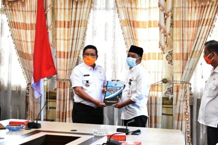 Serah terima naskah memori jabatan Bupati Bulungan dari Ingkong Ala SE, M.Si (kiri) kepada H. Syafril berlangsung di Ruang Rapat Bupati Bulungan Jalan Jelarai Raya, Tanjung Selor. (foto: Humas Setda Bulungan)