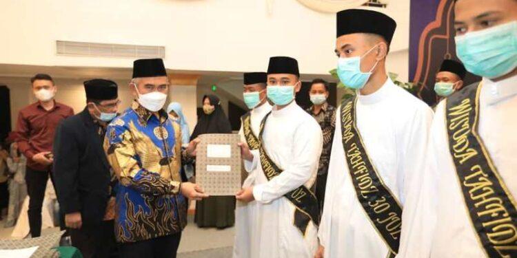 Wali Kota Tarakan dr. H. Khairul M.Kes menyerahkan piagam penghargaan kepada santri kepada santri Pondok Pesantren Daarul Ilmi Muhammadiyah yang diwisuda di Hotel Lotus Panaya Tarakan, Sabtu (27/2/2021). (foto: Humas Setda Tarakan)