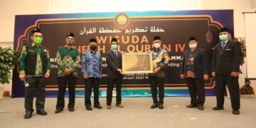 Wali Kota Tarakan dr. H. Khairul M.Kes menyerahkan cinderamata kepada pengurus Pondok Pesantren Pesantren Daarul Ilmi Muhammadiyah di Hotel Lotus Panaya Tarakan, Sabtu (27/2/2021). (foto: Humas Setda Tarakan).