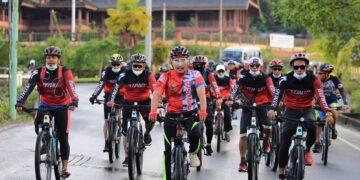 Wali Kota Tarakan dr. H. Khairul M.Kes memeriahkan gowes rangka memperingati Hari Ulang Tahun (HUT) ke 71 Satpol PP, Minggu (28/2/2021). (foto: Humas Setda Tarakan)