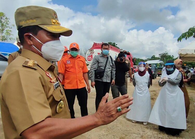 Gubernur Kaltara H. Zainal Arifin Paliwang saat meninjau posko Covid-19 di perbatasan Berau-Kaltara sebagai pintu keluar masuk jalur darat orang dan barang. (foto: Media Relasi ZIYAP)