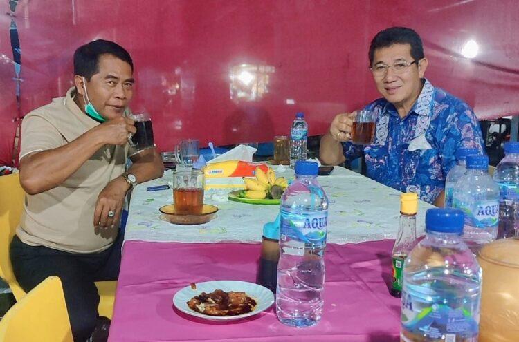 Gubernur Kaltara H. Zainal Arifin Paliwang (kiri) bersama Wagub Yansen TP saat menyantap makan malam bersama di warung rombong di Jalan Katamso Tanjung Selor. (Foto: Media Relasi ZIYAP)