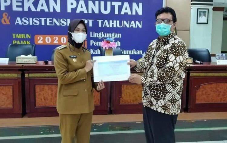 Bupati Nunukan Hj. Asmin Laura Hafid (kiri) menerima bersama Kepala KPP Pratama Tarakan Gerrits Parlaungan Tampubolon. (foto: Humas Setda Nunukan)