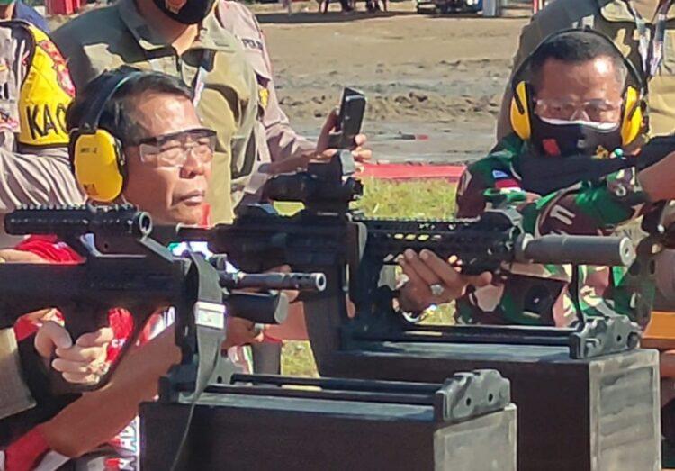 Gubernur Kaltara H. Zainal Arifin Paliwang mencoba menembak di lapangan tembak Polres Bulungan, Jumat (19/2/2021). (foto: Media Relasi ZIYAP)