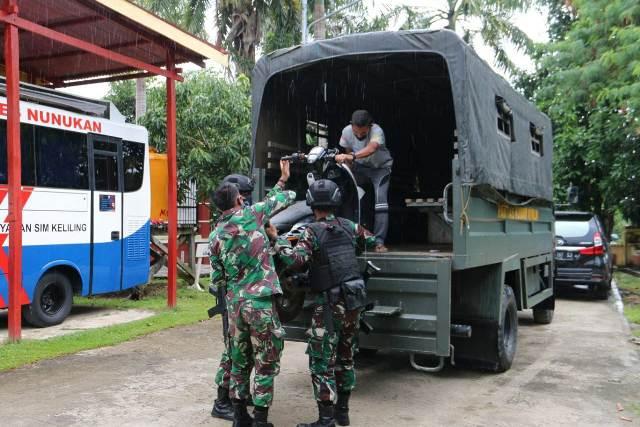 Barang bukti kendaraan diturunkan dari truk Satgas Pamtas untuk diserahkan ke Polres Nunukan. (foto: Satgas Pamtas Yonarhanud 16/SBC)