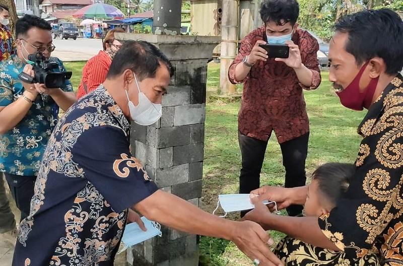 Gubernur Kaltara Zainal Arifin Paliwang (kiri) membagikan masker kepada masyarakat. (foto: Media Relasi ZIYAP)