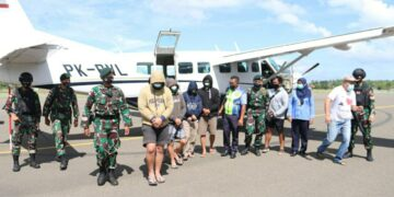 Tersangka diterbangkan ke Nunukan menggunakan pesawat komersil. (foto: Satgas Yonarhanud/16/SBC/3 Kostrad)