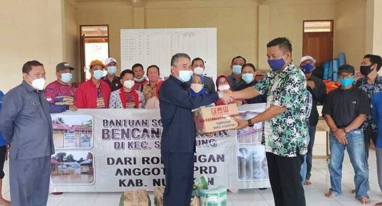 Perwakilan anggota DPRD Nunukan menyerahkan bantuan kebutuhan pokok bagi warga terdampak banjir di Kecamatan Sembakung. (foto: H. Andi Mutamir)