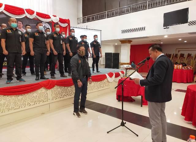 Ketua Pengprov PBFI Kaltara Irwan Alwi (kanan) melantik Syamsuddin Arfah dan jajarannya di balroom Hotel Lotus Panaya, Kamis (11/2/2021). (foto: jendelakaltara.co)