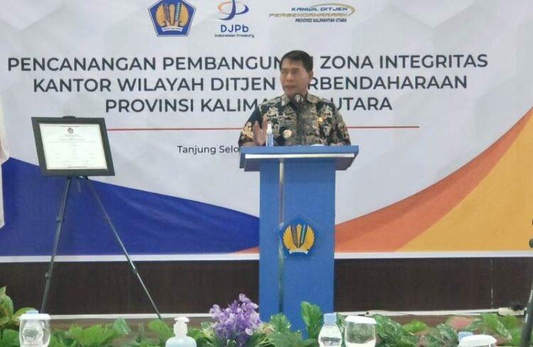 Gubernur Kaltara Zainal Arifin Paliwang menyampaikan sambutan pada pencanangan pembangunan integritas Kantor Wilayah Dirjen Perbendaharaan Kaltara. (foto: Media Relasi ZIYAP)