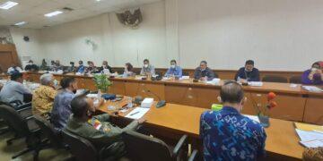 Rapat dengar pendapat antara perwakilan honorer yang diberhentikan Pemkab Nunukan dengan DPRD Nunukan, Kamis (25/2/2021). (foto: Hasanuddin/jendelakaltara.co)