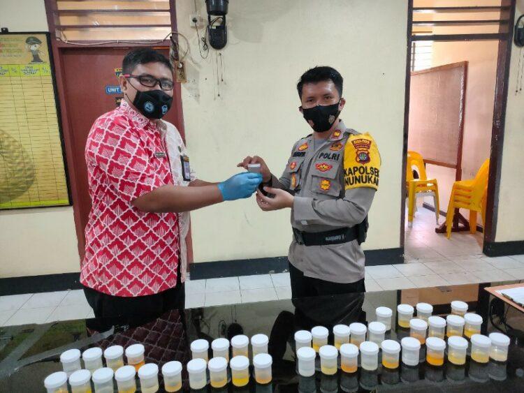 Kapolsek Nunukan Iptu Randhya Sakhtika (kanan) menyerahkan sampel urin miliknya. (foto: Humas BNNK Nunukan)