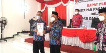 Wempi W Mawa dan Jakaria menerima SK penetapan pasangan terpilih Bupati dan Wakil Bupati Malinau dari KPU Malinau, Sabtu (20/2/2021). (foto: Istimewa)
