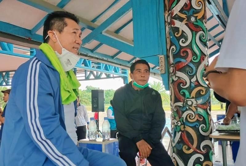 Gubernur Kaltara H. Zainal Arifin Paliwang (kanan) dan Wagub Yansen TP santai sejenak disela kegiatan senam pagi, Selasa (23/2/2021). (foto: Morojohan/Media Relasi ZIYAP)