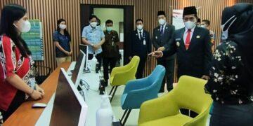 Gubernur Kaltara H. Zainal Arifin Paliwang dan Wakil Gubernur Yansen TP melakukan sidak di kantor DPTSP. (foto: Media Relasi ZIYAP)