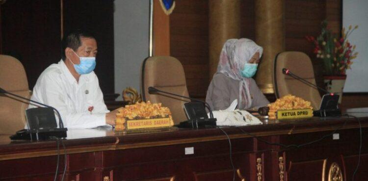 Ketua DPRD Nunukan, Hj Rahma Leppa Hafid (kanan) mempimpin rapat paripurna dihadiri Sekretaris Daerah Kabupaten Nunukan Serfianus S.IP di Gedung DPRD Nunukan, Rabu (3/2/2021). (foto: Publikasi Dokumentasi DPRD Nunukan)